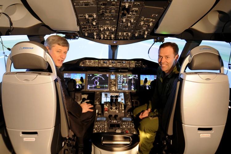 Stephen Harper s'est installé aux commandes d'un simulateur... (Photo: Bernard Brault, La Presse)