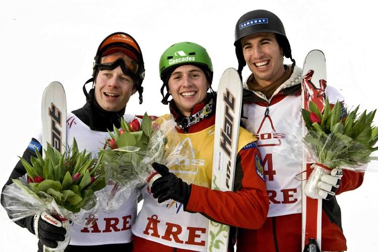 Alexandre Bilodeau (au centre) a remporté la médaille... (Photo: Reuters)