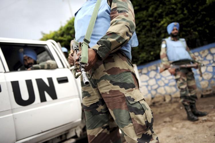 Des Casques bleus indiens affectés au Congo montent... (Photo: AFP)