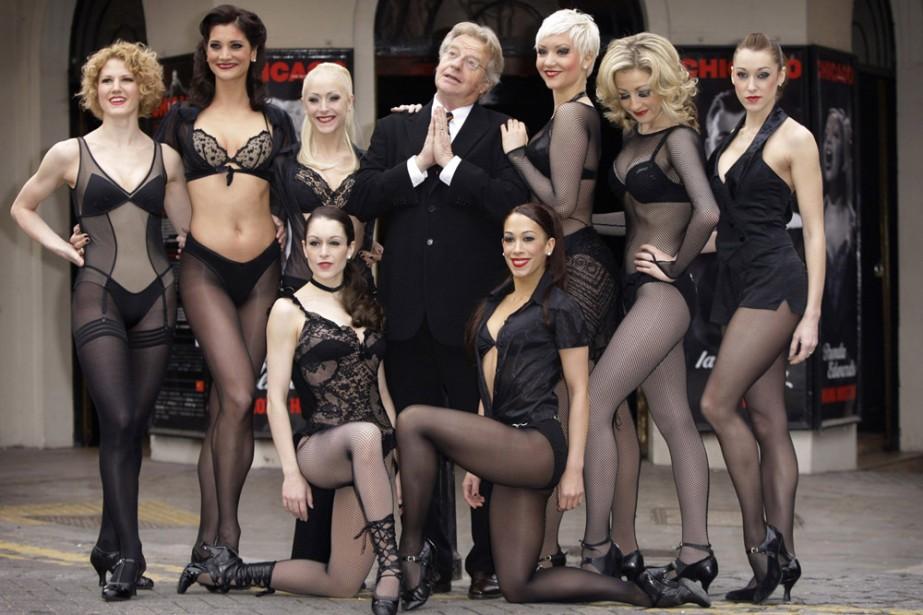 Jerry Springer avec les danseurs de Chicago.... (Photo: AP)