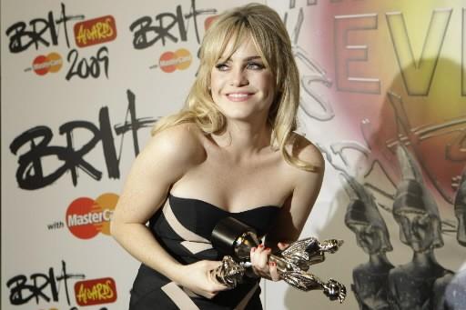 La chanteuse Duffy et ses trophées... (Photo: AP)
