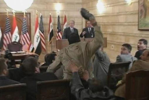 Mountazer al-Zaïdi juste avant son lancé de chaussure.... (Photo AP)