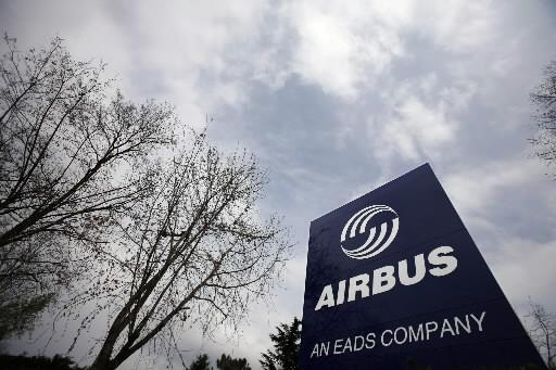 L'affiche d'Airbus près de ses installations de Toulouse,... (Photo: Agence France-Presse)