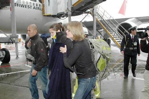 Une passagère blessée quitte le Boeing 747-400.... (Photo: AFP)