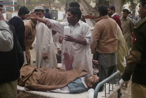 Un homme blessé est transporté vers un hôpital.... (Photo: AP)