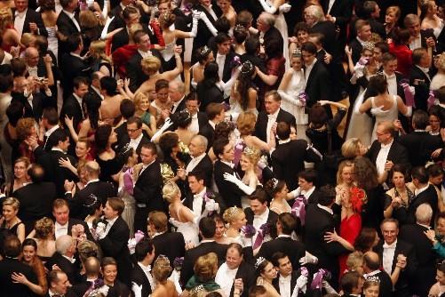 Une danse lors du Bal de l'Opéra à... (Photo AP)