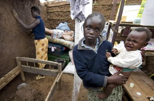Cynthia Ngaruiyas, 12 ans, tient son petit frère... (Photo: Robert Skinner, La Presse)
