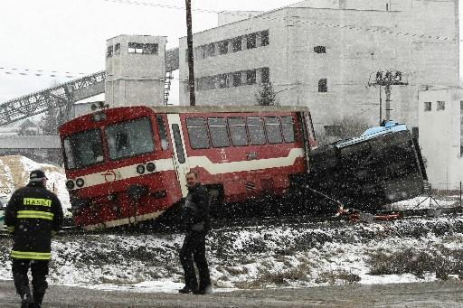 Une collision entre un autorail et un autocar à un passage à... (Photo: AFP)