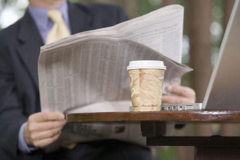 Petit matin sympathique. Vous ouvrez votre journal préféré. La lumière blanche...