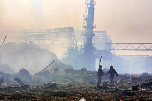 Des hommes travaillent sur le site de l'usine... (Photo: AFP)