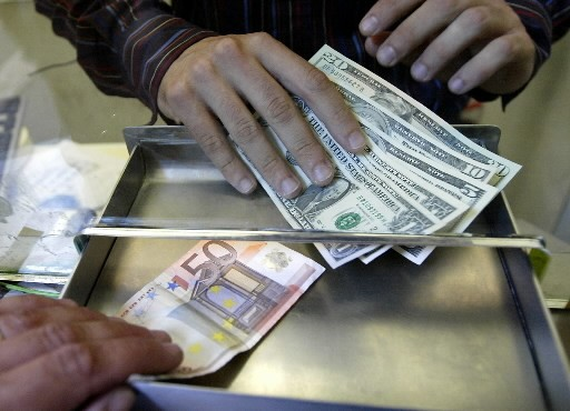 Le dollar, atteint de faiblesse face aux autres... (Photo: Associated Press)
