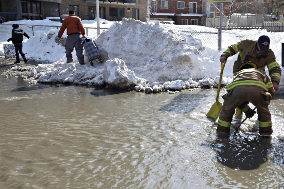 Le bris d'une conduite d'eau provoque une... (Photo Ivanho Demers, La Presse)
