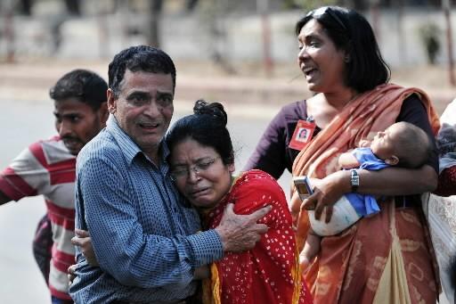 Des proches d'un otage réagissent à sa libération.... (Photo: AFP)