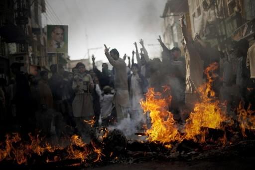 Des partisans de Nawaz Sharif crient des slogans.... (Photo: AP)