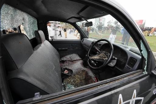 Une voiture de police a été criblée de... (Photo: AFP)