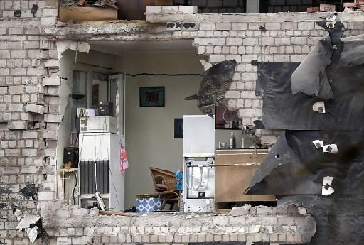 Un appartement voisin endommagé par le bâtiment effondré.... (Photo: AP)