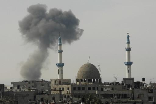 De la fumée s'échappe après un raid aérien... (Photo: Reuters)