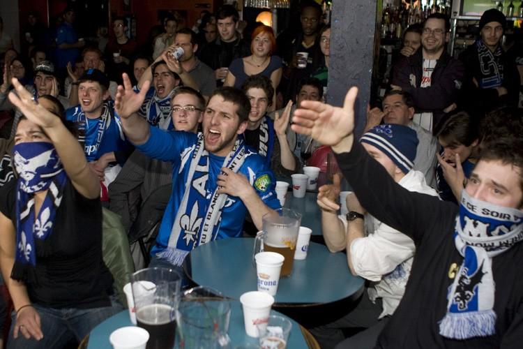 Desfans de l'Impactse sont rassemblésau bar sportif Frappé,... (Photo: André Pichette, La Presse)