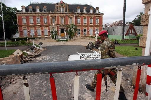 Des soldats loyaux à l'opposant Andry Rajoelina gardent... (Photo: AFP)