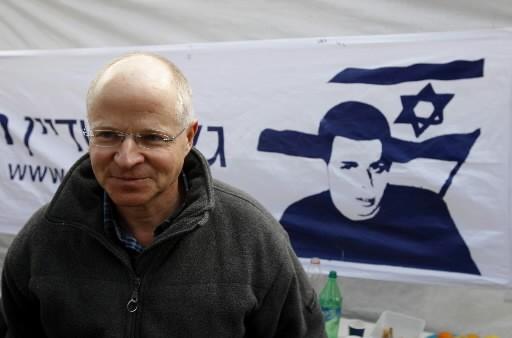 Le père du soldat Gilad Shalit, Noam devant... (Photo: Reuters)