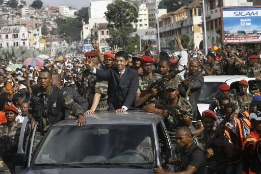 Andry Rajoelina salue la foule.... (Photo: AP)