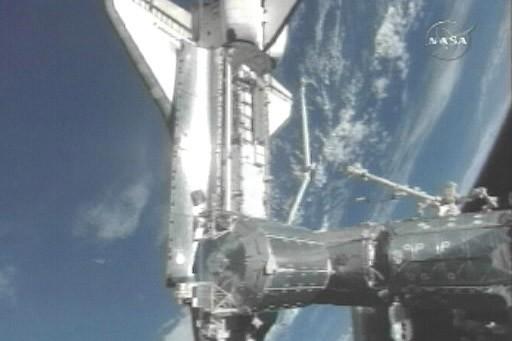 Amarrage de la navette Discovery à la Station... (Photo: AFP)