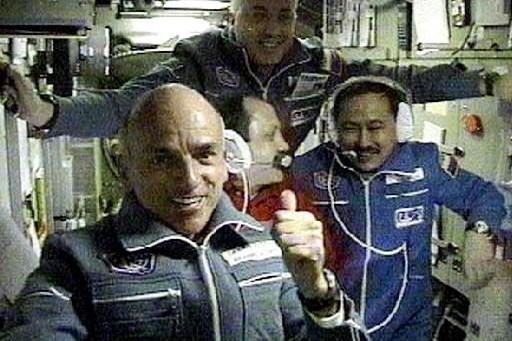 À l'avant-plan à gauche, Dennis Tito, le premier... (Photo: archives AP)