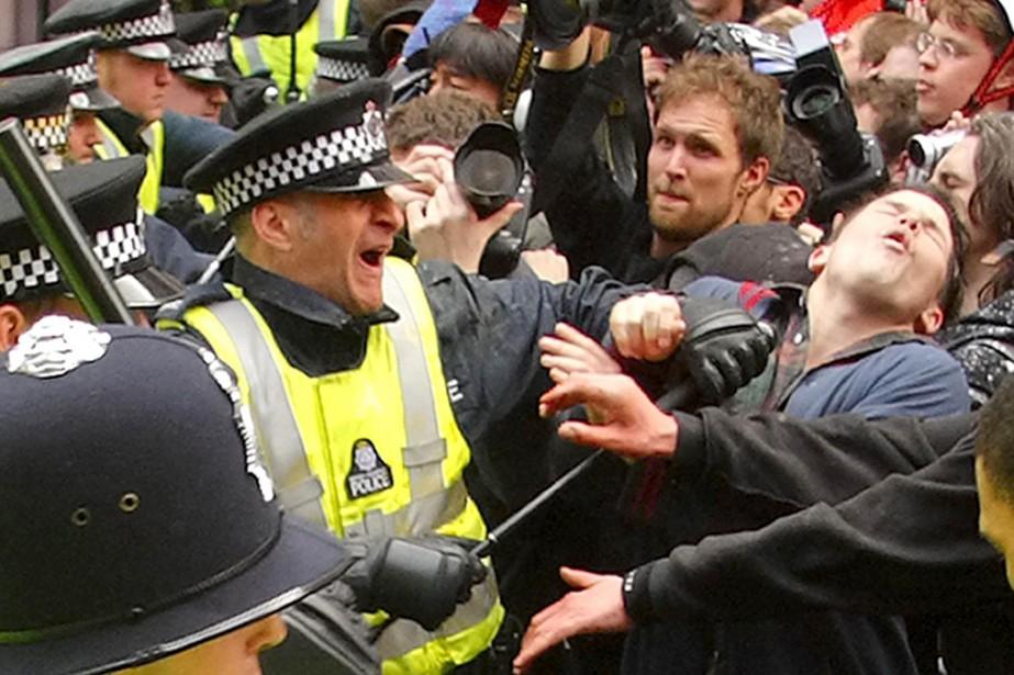 Aux cris de «Mangez les riches», des milliers de manifestants ont... (Photo: AP)