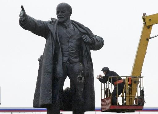 La sculpture endommagée de Lenine.... (Photo: AP)