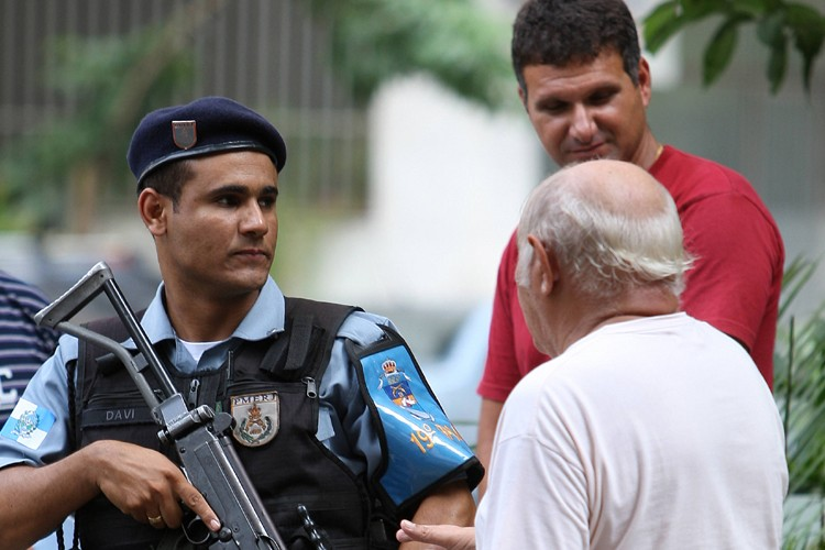 Un policier brésilien discute avec des résidents du... (Photo: AFP)