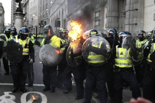 Des manifestants à Londres, en marge du sommet... (Photo AP)