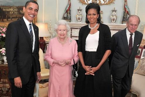 Barack et Michelle Obama ont rencontré la reine... (Photo: AP)
