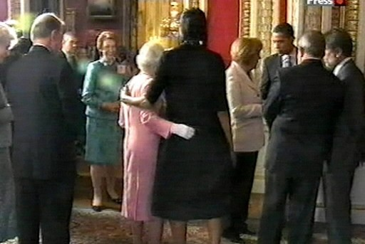 Michelle Obama a entouré la reine de son... (Photo: AP)