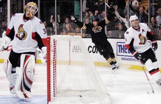 Milan Lucic, des Bruins, célèbre après avoir marqué... (AP Photo/Michael Dwyer)