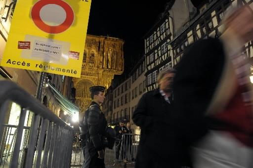 Un policier monte la garde à l'entrée de... (Photo: AFP)
