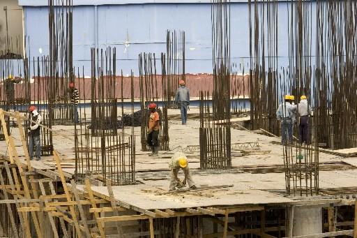 Des ouvriers s'affairent en République dominicaine.... (REUTERS/ Eduardo Munoz)