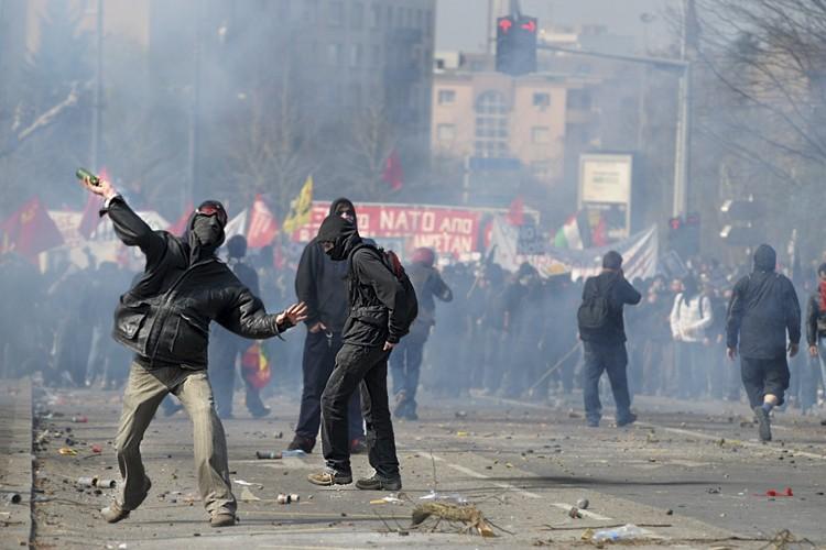 Des incidents violents ont éclaté samedi en marge... (Photo: AFP)