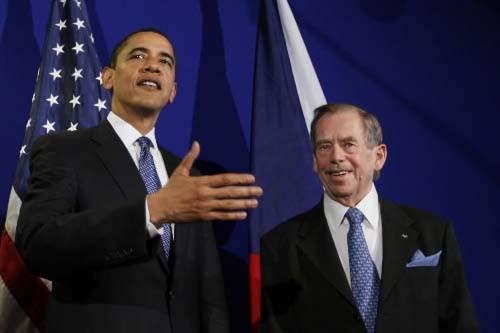 Le président Obama avec l'ancien président tchèque Vaclav... (AP Photo/Charles Dharapak)