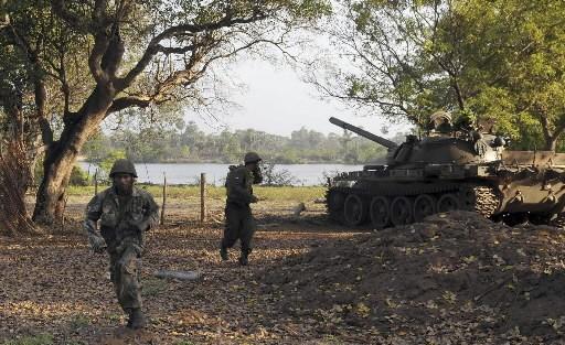 Un tank de l'armée sri lankaise s'apprête à... (REUTERS/Stringer)