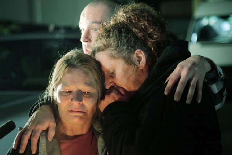 Des proches de la famille se consolent près... (Photo: AP)