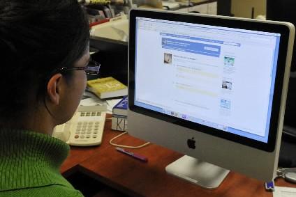 Une femme consulte une page sur Facebook... (Photo: Le Quotidien)