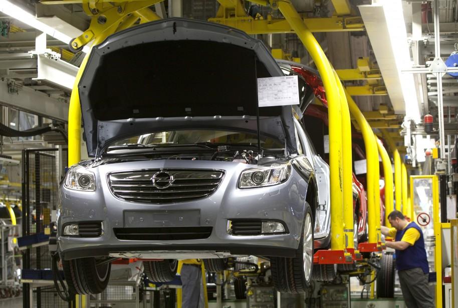 Un employé travaille à l'assemblage d'une Opel Insignia... (Photo: Agence France-Presse)