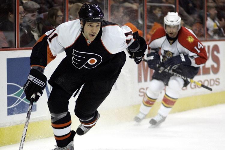 Jeff Carter a donné les devants aux Flyers de Philadelphie à 7:32... (Photo: AP)
