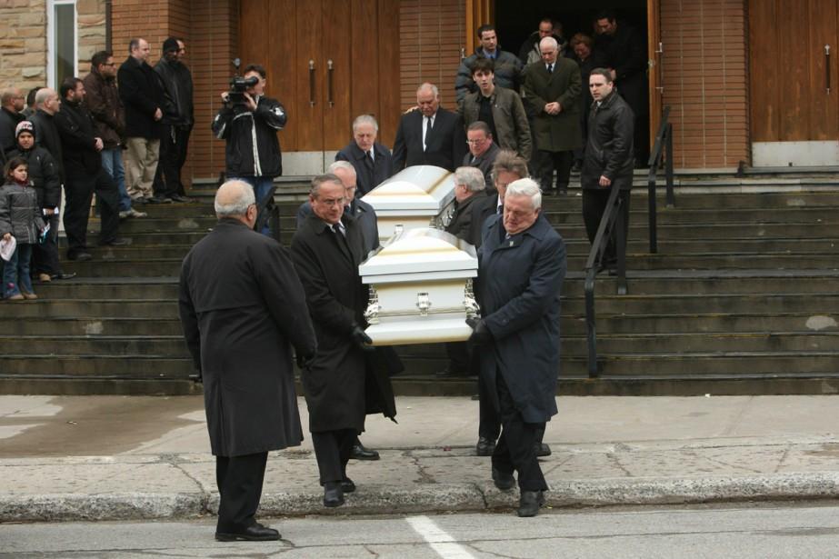Les deux petits cercueils ont été conduits au... (Photo: Martin Chamberland, La Presse)