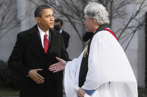 Barack Obama salue le prête qui célèbre la... (Photo: AP)