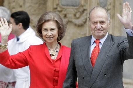 Le roi Juan Carlos d'Espagne et son épouse... (Photo AP)