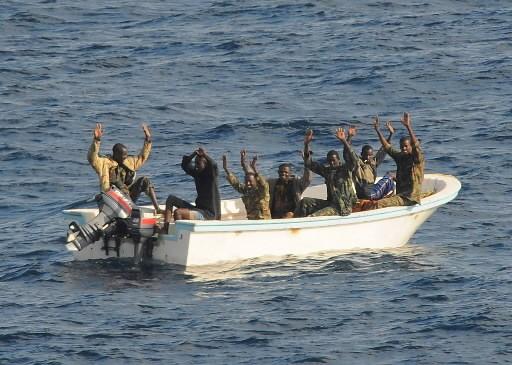 Des présumés pirates lèvent les bras dans les... (Photo: Reuters)