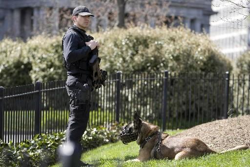 Un agent des services secrets américains effectue de... (Photo: Reuters)