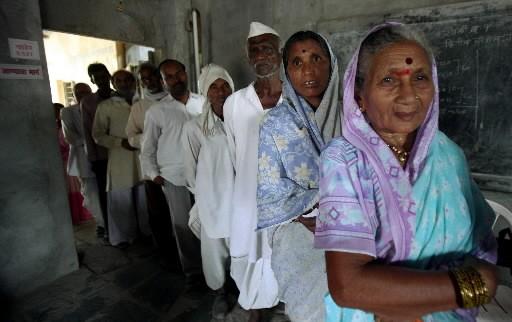 Des villageois indiens font la file pour aller... (Photo: Reuters)