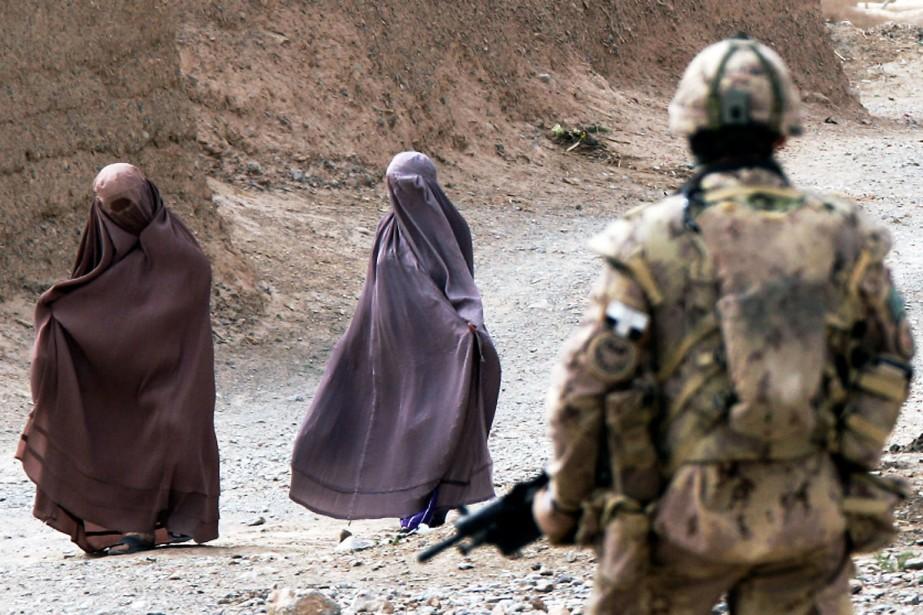 Un soldat du 22e Régiment fait le guet... (Photo Reuters)